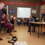 Mari van Heumen, bestuurslid EHBO-vereniging Damiaan, laat de werking van een AED zien.